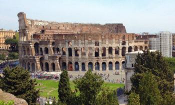 Blick vom Forum Romanum auf das Kolosseum