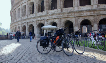 Radfahren in Rom vor dem Kolosseum
