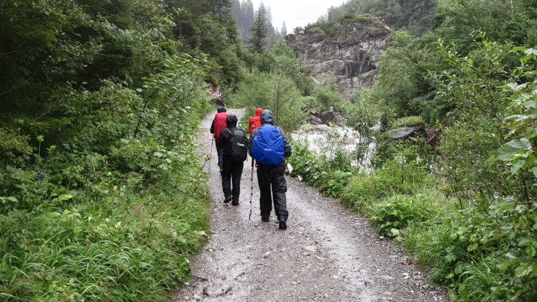 Was ist die richtige Regenkleidung beim Wandern?