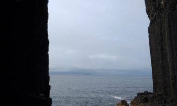 Blick aus der Fingal's Cave auf Staffa