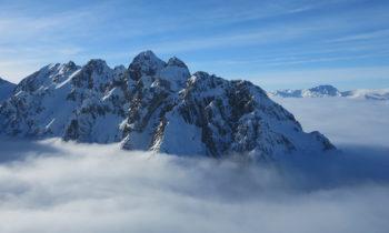 Umliegende Gipfel in den Wolken