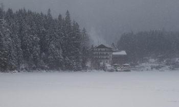 Eibsee-Hotel und - im Winter nicht geöffnet - der Biergarten