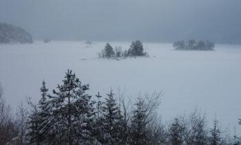 Inseln im zugefrorenen Eibsee