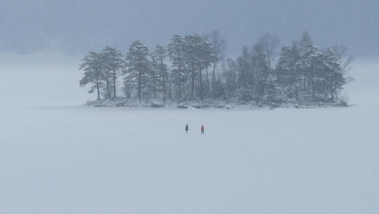 Spaziergänger auf dem vereisten Eibsee