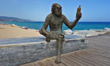 Anís del Mono - Skulptur des Anisschnaps Maskottchens in Badalona