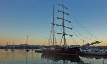 Segelschiff im Hafen von Olbia