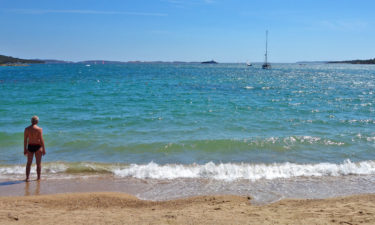 Der alte Mann und das Meer am Spiaggia delle Saline, Costa Smeralda