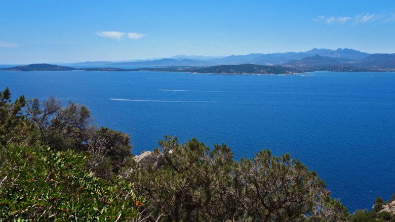 Blick von Tavolara auf Sardinien