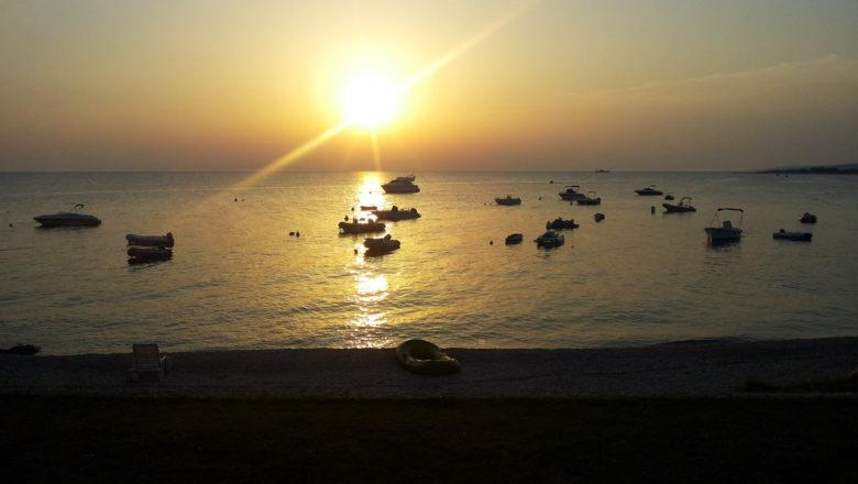 Sonnenuntergang an der Küste in Kroatien