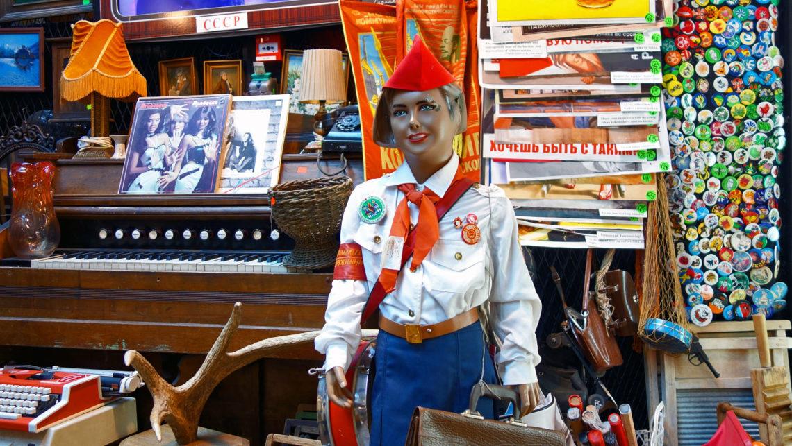 Ostblock-Souvenirs in der Markthalle Balti Jaama Turg in Tallinn