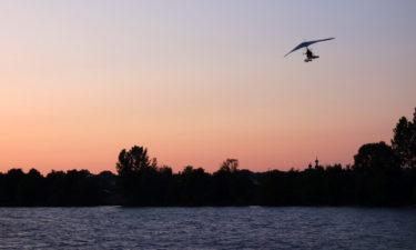 Ultraleichtflieger über der Düna in Riga
