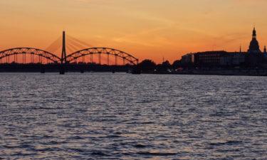 Eisenbahnbrücke in Riga im Sonnenuntergang
